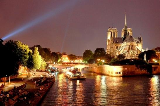 """De retour d'une expo """"La nuit de la photo"""" à Paris je passe a proximité de notre-dame et la vue me fait pensé que ça pourrait être sympa une vue de la capitale capitale de nuit avec les parisiens profitant de la douceur de la nuit pour se prélasser sur les quais de la seine. :6: :5:"""